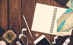 Cuaderno, smartphone, cuaderno con white pages y caballero a Fotos de archivo libres de regalías