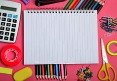 Cuaderno vacío con los accesorios de la escuela Imágenes de archivo libres de regalías
