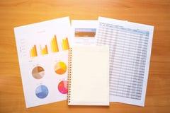 Cuaderno vacío Informe de la lectura, gráficos, cartas, documento en el trabajo Fotos de archivo