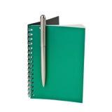 Cuaderno verde con una pluma Fotos de archivo libres de regalías