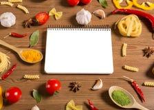Cuaderno, verduras y especias fotos de archivo libres de regalías