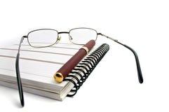 Cuaderno, vidrios y pluma Imagen de archivo libre de regalías