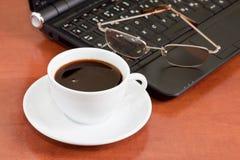 Cuaderno, vidrios y taza de café Fotos de archivo libres de regalías