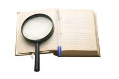 Cuaderno viejo con un lugar para el texto, y pluma, en el fondo blanco Imagen de archivo libre de regalías