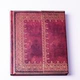 Cuaderno viejo de cuero de Brown con el ornamento del oro Foto de archivo libre de regalías