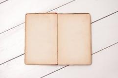 Cuaderno viejo en los tableros blancos imagen de archivo libre de regalías