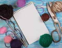 Cuaderno y accesorios del fondo para las lanas que hacen punto Imagen de archivo libre de regalías