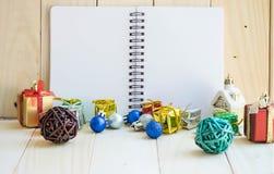 Cuaderno y decoración en blanco de la Navidad Imagen de archivo libre de regalías