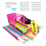 cuaderno y efectos de escritorio de los lápices del color aislados en blanco Foto de archivo