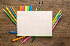 Cuaderno y efectos de escritorio de la escuela De nuevo a la escuela creativa, abstracto, fondo del concepto fotografía de archivo libre de regalías