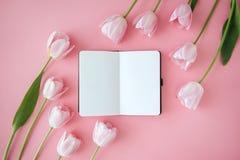 Cuaderno y flores fotos de archivo