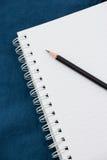 Cuaderno y lápiz foto de archivo