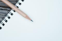 Cuaderno y lápiz en el escritorio Imagen de archivo