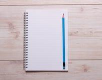 Cuaderno y lápiz en el escritorio Imágenes de archivo libres de regalías