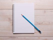 Cuaderno y lápiz en el escritorio Fotografía de archivo