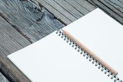 Cuaderno y lápiz en la tabla Foto de archivo libre de regalías