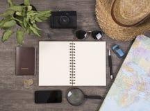 Cuaderno y mapa del mundo para las vacaciones de planificación con el otro viaje Fotos de archivo libres de regalías