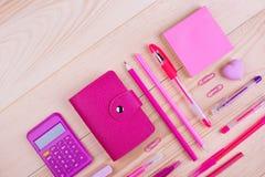 Cuaderno y materiales de oficina rosados Foto de archivo
