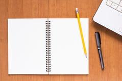 Cuaderno y ordenador Fotos de archivo libres de regalías