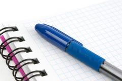 Cuaderno y pluma Foto de archivo libre de regalías