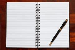 Cuaderno y pluma Fotos de archivo