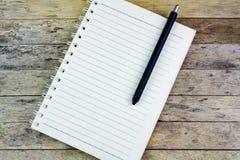 Cuaderno y pluma Fotografía de archivo libre de regalías