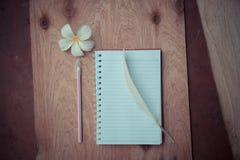 Cuaderno y pluma fotos de archivo libres de regalías