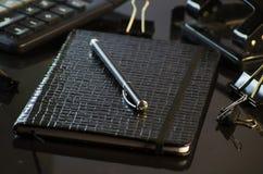 Cuaderno y pluma Imagen de archivo libre de regalías