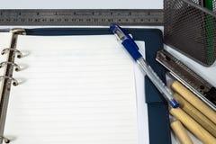 Cuaderno y pluma abiertos en el fondo blanco Fotografía de archivo