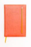 Cuaderno y pluma aislados en el blanco Imágenes de archivo libres de regalías
