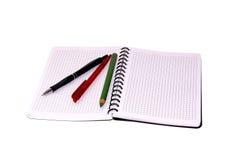 Cuaderno y pluma aislados en un fondo blanco. Imagen de archivo libre de regalías
