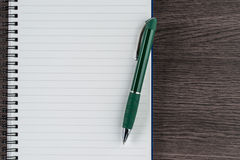 Cuaderno y pluma alineados, memorándum del recordatorio de la nota de la lista de control Imagen de archivo