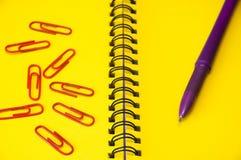 Cuaderno y pluma amarillos Imagen de archivo libre de regalías