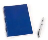 Cuaderno y pluma azules Foto de archivo libre de regalías