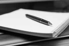 Cuaderno y pluma. Blanco y negro. imagen de archivo libre de regalías