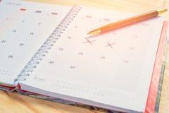 Cuaderno y pluma con formato del calendario de los vidrios Imagen de archivo
