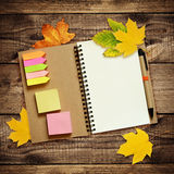 Cuaderno y pluma con las hojas de otoño secas Fotografía de archivo