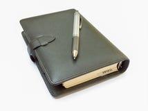 Cuaderno y pluma de cuero Fotos de archivo