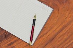Cuaderno y pluma de la tapicería fotos de archivo