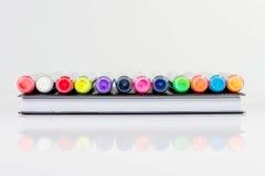 Cuaderno y pluma del color Fotos de archivo libres de regalías