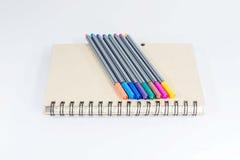 Cuaderno y pluma del color Imagen de archivo libre de regalías
