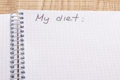 Cuaderno y pluma del lugar de trabajo de la visión superior en el fondo de madera de la tabla, efecto retro Inscripción - mi diet fotografía de archivo libre de regalías