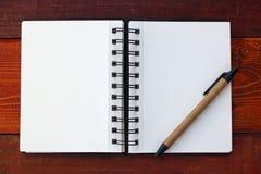 Cuaderno y pluma en blanco fotografía de archivo libre de regalías