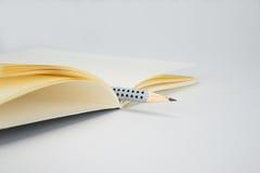 Cuaderno y pluma en blanco en el fondo blanco fotos de archivo libres de regalías