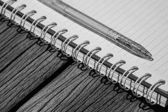 Cuaderno y pluma en el escritorio Imagen de archivo libre de regalías