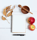 Cuaderno y pluma en un fondo de madera blanco, visión superior Año Nuevo judío, Rosh Hashanah Fotografía de archivo