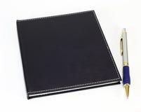 Cuaderno y pluma negros Fotografía de archivo libre de regalías