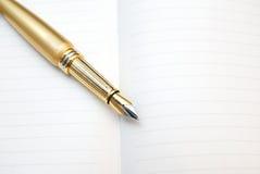 Cuaderno y pluma para escribir Fotografía de archivo libre de regalías