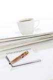 Cuaderno y pluma, taza de café y periódico Fotos de archivo libres de regalías