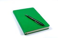 Cuaderno y pluma verdes Imágenes de archivo libres de regalías